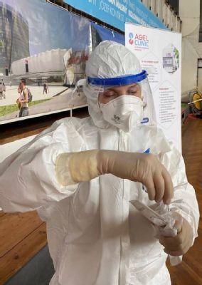 Množstvo vrstiev, vysoké horúčavy, nemožnosť sa napiť, aj taká je práca zdravotníka pri testovaní na koronavírus